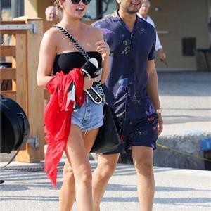女星穿抹胸装秀长腿  获丈夫