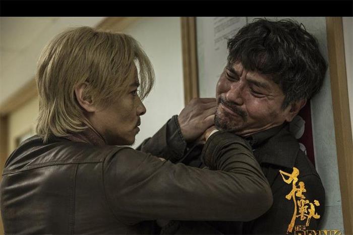 张晋在《狂兽》中饰演警察 为角色还染了一头金发