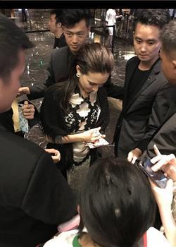《战狼2》女主卢靖姗现身 被粉丝包围场面壮大