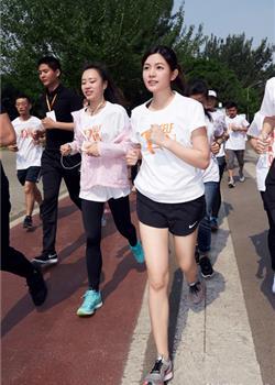 陈妍希挑战马拉松 扎起马尾一秒重返十八岁