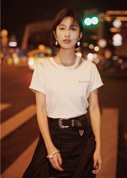 张俪穿白T恤配黑短裙亮相 一双长腿抢镜
