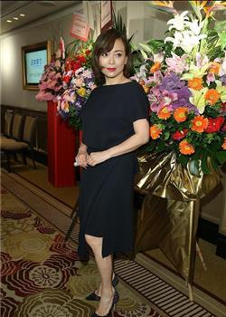 51岁邓萃雯烈焰红唇气场强 手戴玫瑰眼神俏皮似妙龄少女