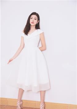 陈妍希现身品牌活动 穿白裙少女般甜美感
