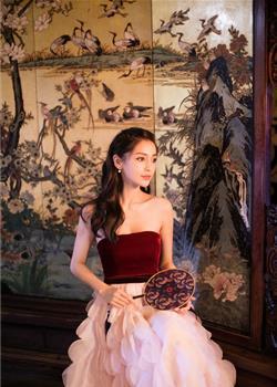 angelababy抹胸裙身材升级有料 展古典韵味