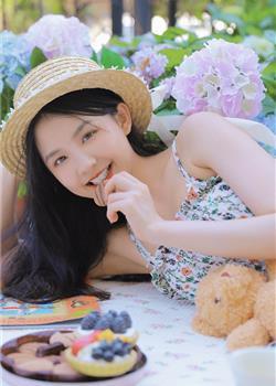 日系小清新美女吊带碎花裙苗条好身材户外野餐图