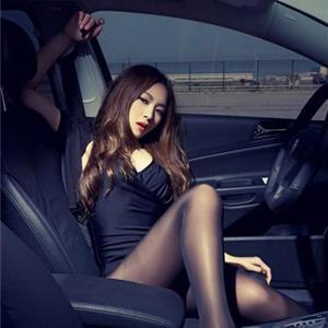 冷艳车模户外写真 黑裙秀小蛮腰很迷人