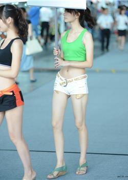 街拍华晨汽车举牌美女露脐装超短裤细腰长腿图片