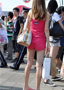 街拍广场低胸衣美女超短裤极品美腿玉足诱惑图片