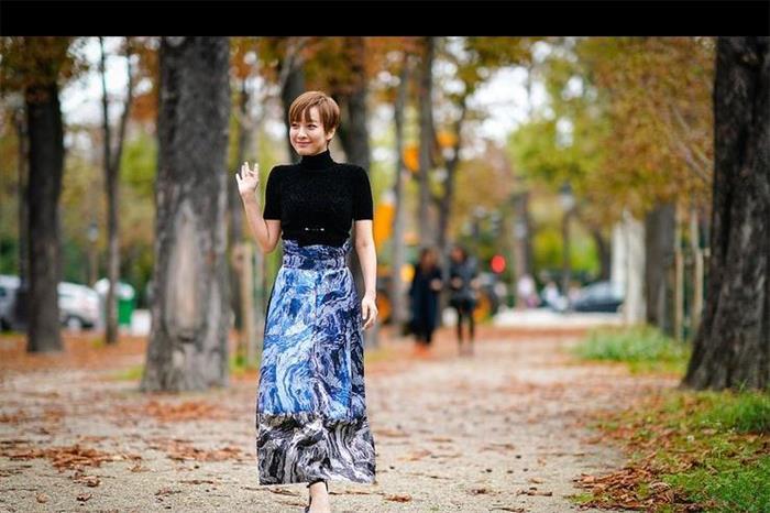 2018巴黎时装周吴昕时尚街拍 蓝色长裙搭配紧身上衣显窈窕身段