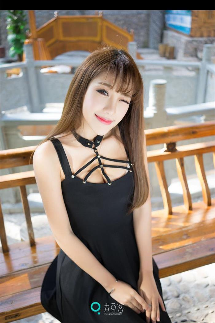 气质模特朱若慕时尚写真 长靴黑裙霸气十足