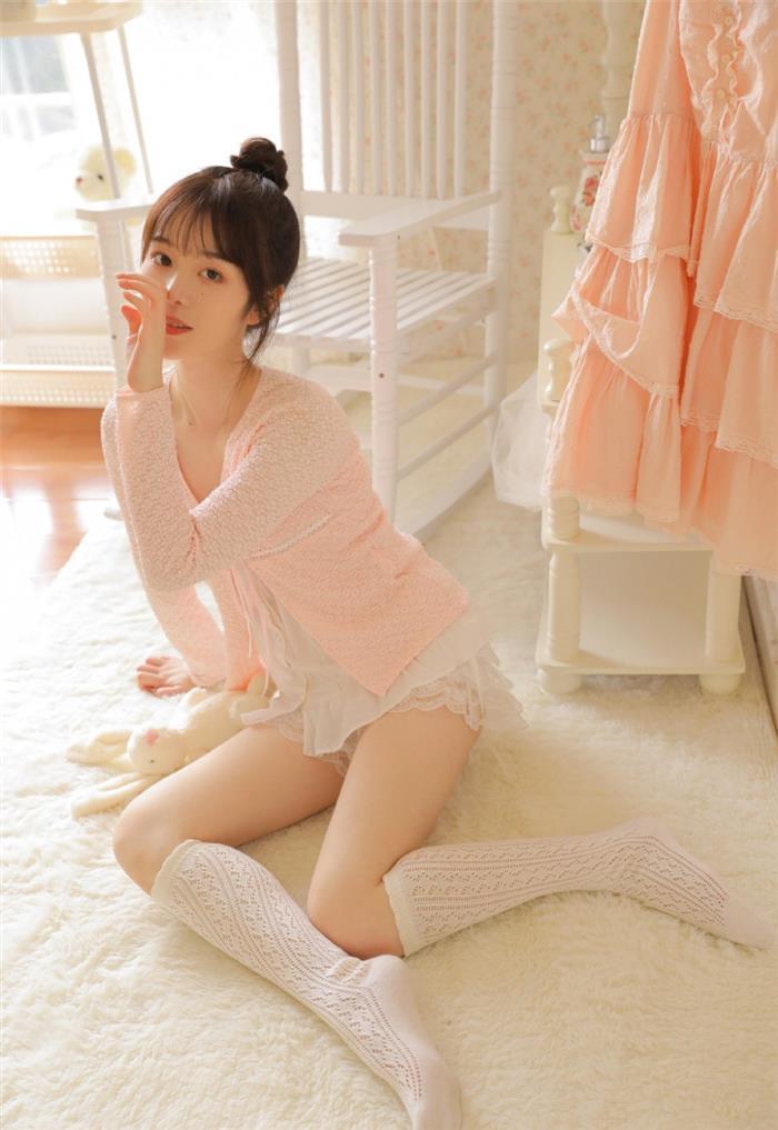 美眉长腿白皙白丝筒袜套图