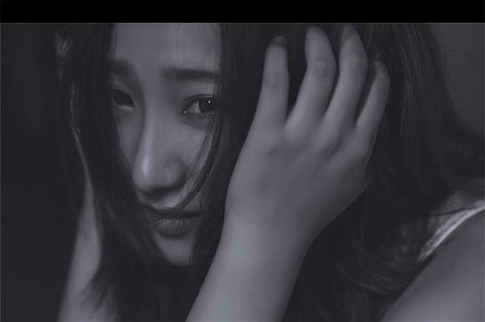 气质美女黑白艺术写真 透出不同以往的意境
