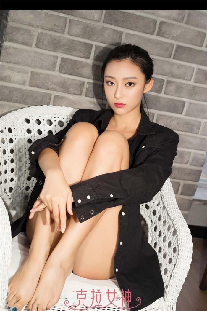 徐琳性感美腿写真 马尾辫红唇迷人