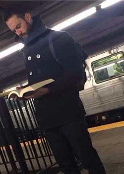 穿衣服的好肉体 地下铁看书男的性感你懂吗
