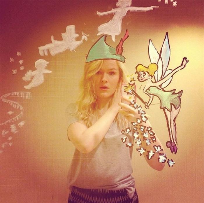 创意无限!美妹子镜中涂鸦教自拍新玩法