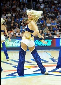 大胆NBA宝贝竟穿开裆裤当众热舞