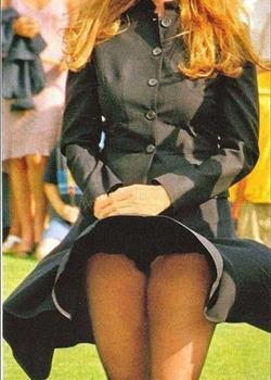 穿裙子露内裤图片抓拍美女裙子被风吹起