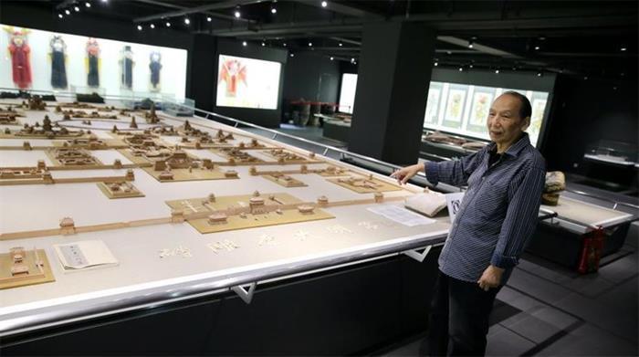 西安七旬老人16年砖雕大明宫 雕刻上百万刀