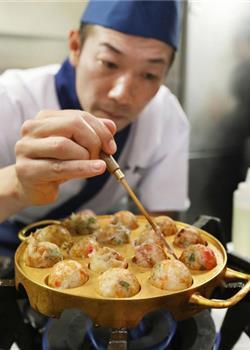 日本办黄金展 价值百万黄金锅上烤章鱼烧