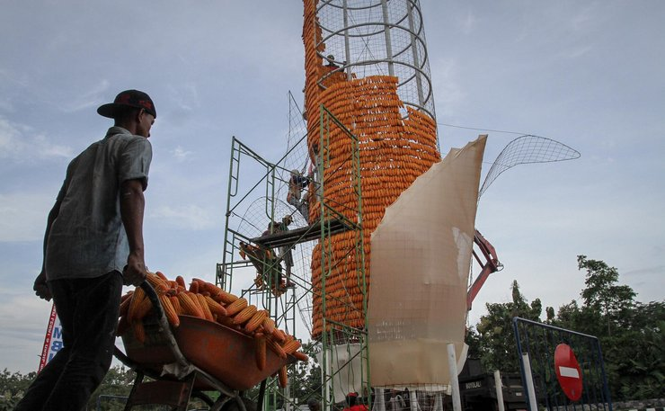 印尼工人搭建15米玉米塔 用18000根玉米