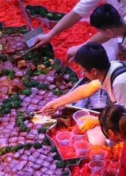 厨师用数千块红烧肉制成中国地图