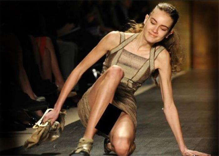 女模特们的T台裙底走光尴尬摔倒瞬间