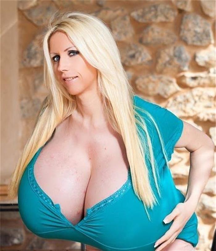 全球最大的人造胸部PK最大自然乳房私密照