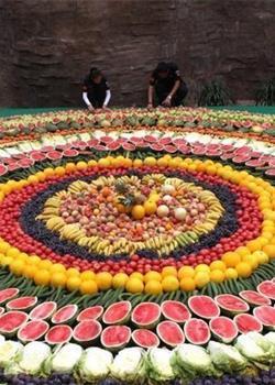 8000余斤超级水果拼盘宴请