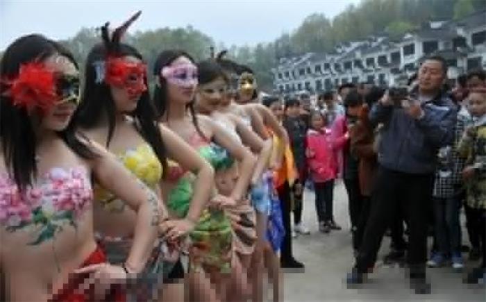 安徽芜湖:人体彩绘模特亮相旅游节引围观