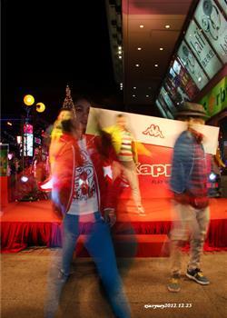 摄影图片 记录街头快乐甜蜜的平安夜