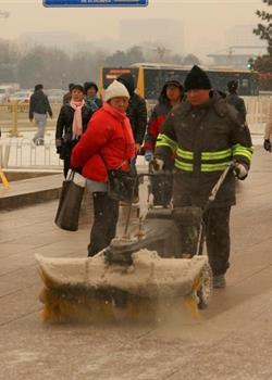摄影图片 雪中勤劳辛苦的环卫工人