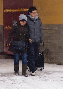 人像摄影雪中游美丽风景