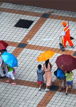 人像摄影环卫之花雨中开