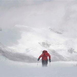 男子从7700米高峰跳下 刷新人类跳伞纪录
