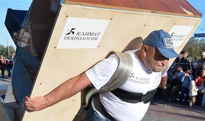 俄罗斯大力士搬280千克钢琴走100米