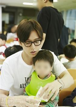韩国帅哥朴海镇儿童福利院公益活动图片