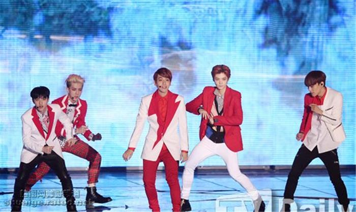 韩国帅哥明星EXOMelon音乐盛典舞台照