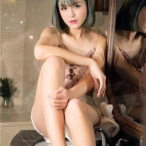 短发美女居家私房照 不一样的性感