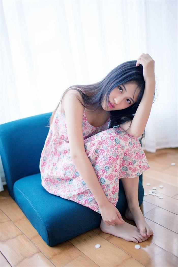 长腿少女碎花吊带裙魅惑写真图片