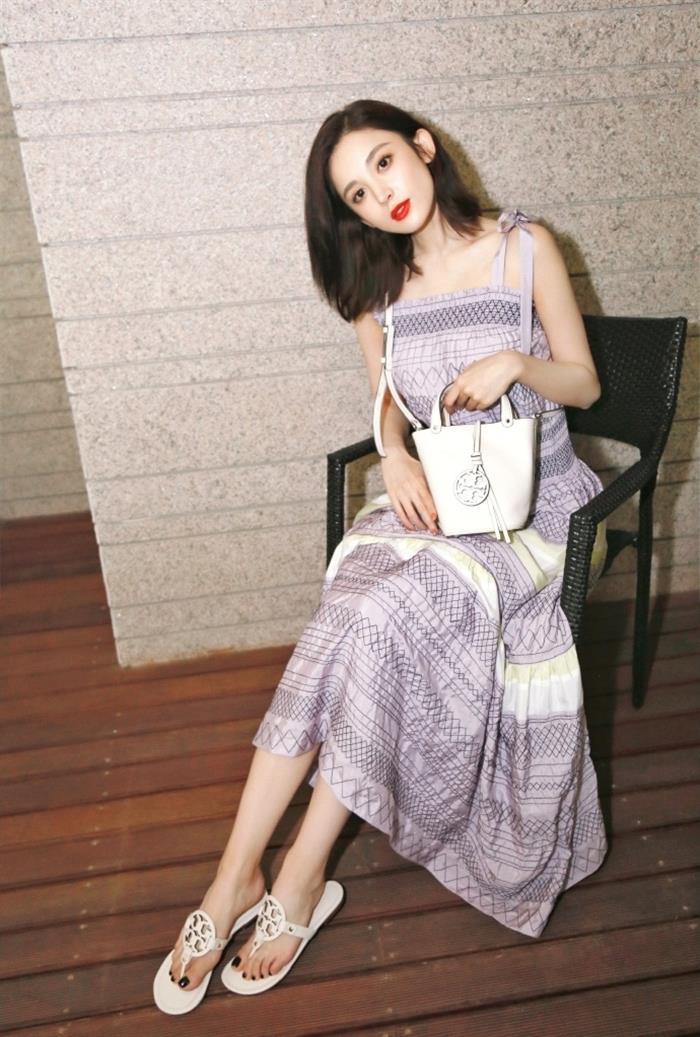 古力娜扎紫色吊带裙气质写真图片