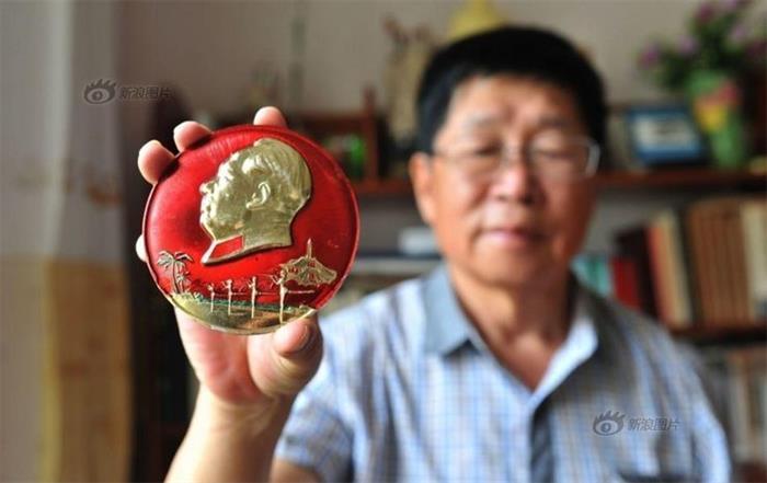 73岁老人用600多枚像章庆国庆和纪念长征