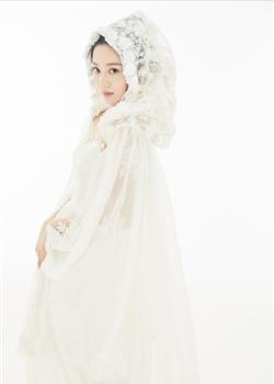 唐本身披微纱白袍清丽素雅 宛若花中仙子