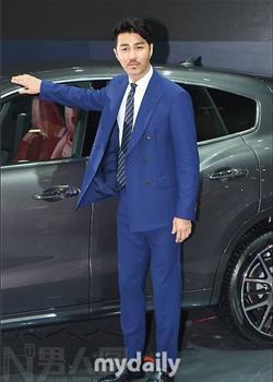 韩国成熟大叔车胜元釜山汽车展新品发布会图片