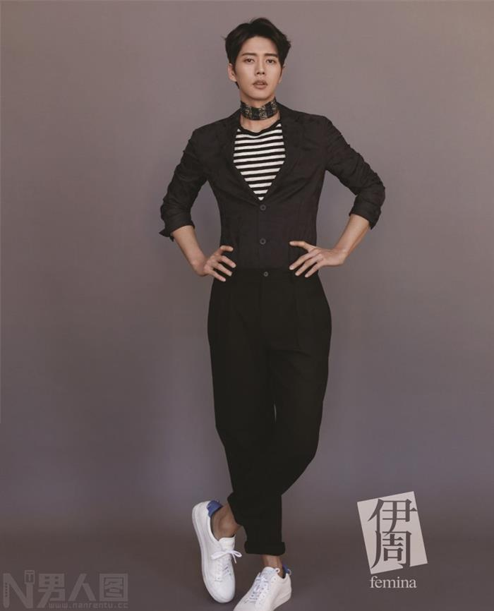 韩国男演员朴海镇伊周杂志神秘微笑完美侧影写真