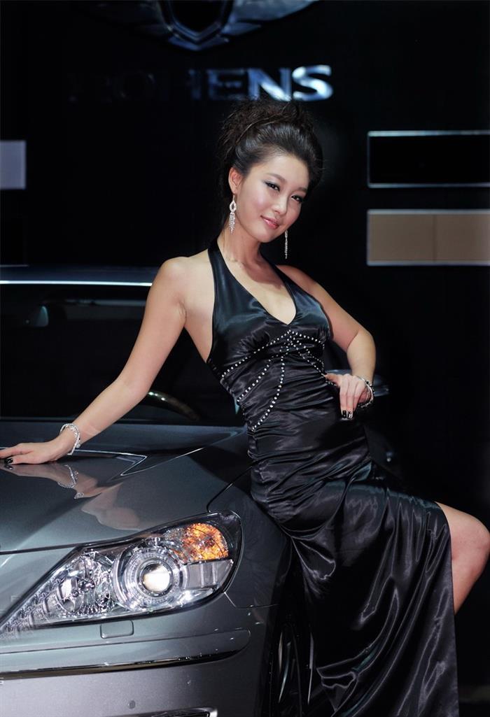 身材一流的韩国美女车模黄仁知搔首弄姿人体艺术