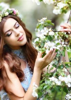 戴着花环的欧美大胆美女金发碧眼韵味十足写真图