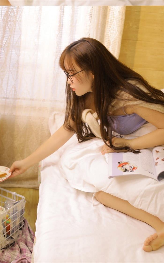 眉清目秀的吊带衫美女尤物细腰长腿床上慵懒写真