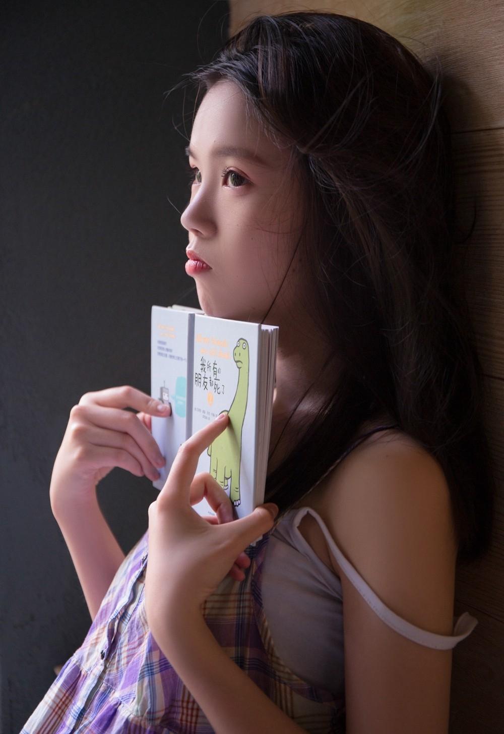 杏眼清澈明媚的漂亮女孩性感吊带又纯又媚私房照