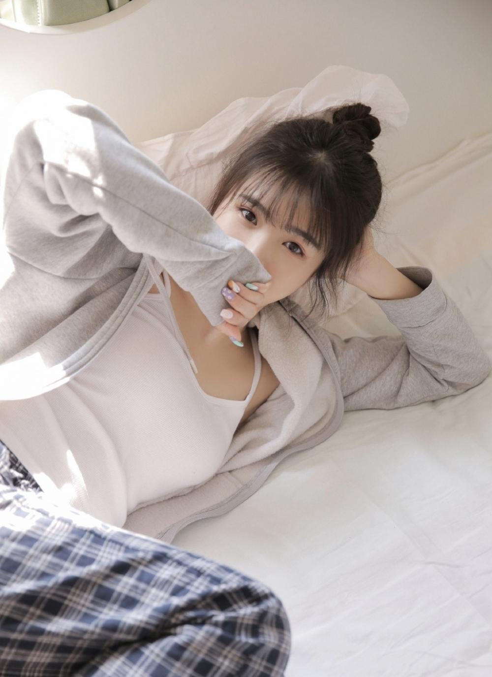 年轻漂亮的清纯软妹迷人桃花眼肌肤白皙诱人写真