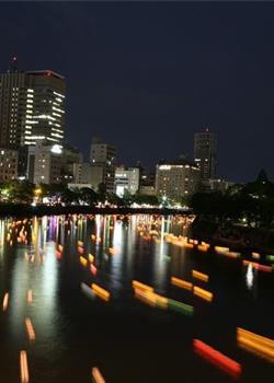 日本民众放河灯纪念广岛原爆69周年